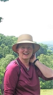 Barbara mit einer Panama-Strohglocke