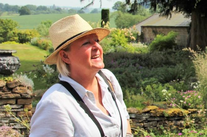 Anja trägt einen Panama-Strohhut