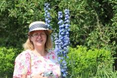 Annette trägt eine mit Band verzierte Strohkappe.