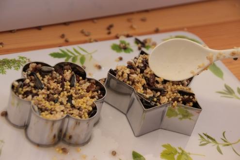 Mit Keksförmchen kann man auch Vogelfutter herstellen.