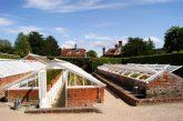 """In einem ähnlichen Gewächshaus gelang die Zucht der Ananas. Durch die Bauweise wird die Erdwärme ausgenutzt. Garten """"West Dean"""", England."""