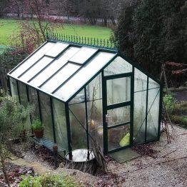 Dieses Gewächshaus steht in Birgits Garten.
